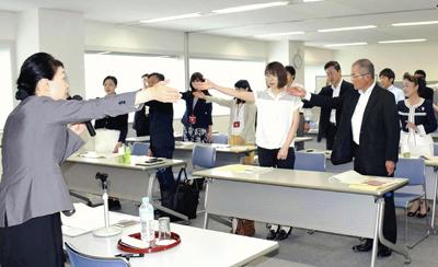 外国人への「おもてなし」学ぶ 福島で英語の接客ワークショップ