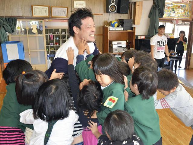 プロレスラーと相撲対決 会津若松、潮崎選手ら幼稚園訪問