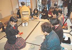 生徒がお茶振る舞う 福島成蹊中の初釜茶会