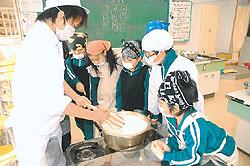 協力して豆腐作り挑戦 磐城農高生と植田小児童