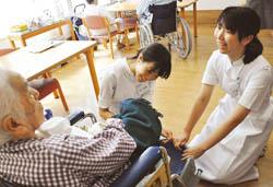 看護の仕事に理解 高校生が一日体験