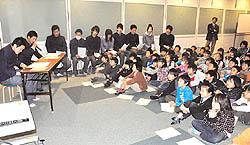 須賀川高の生徒らがパソコン使い児童に昔話を紹介
