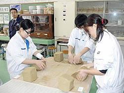「ろくろ検定」に挑戦 会津工業高生が茶わん作る