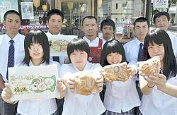 力作「福勝パン」披露 復興願い福島商高生が考案