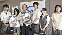 須賀川高生が手作りポスター披露 「釈迦堂川花火大会」PR