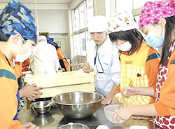 児童と一緒にパン作り 相馬農高生が先生役