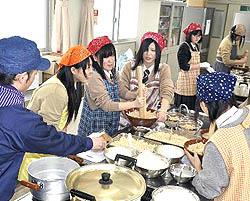 みその醸造を体験 喜多方桐桜高生が地場産業学ぶ
