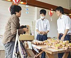 地場産品を笑顔で販売 光南高生が白河で実習