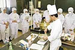 菓子職人に技学ぶ 磐城農高、講師招き実習