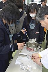 プラスチックを再利用 出前授業で浪江高生が実験