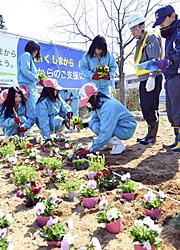 福島西ICで季節の花植栽 NEXCOと福島明成高