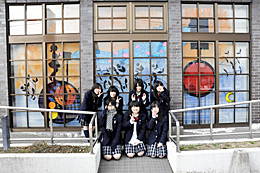 郵便局窓に鮮やかアート 喜多方東高美術部が描く