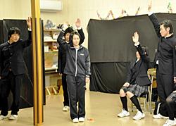 大沼高生が避難者を熱演 美里の仮設で演劇上演