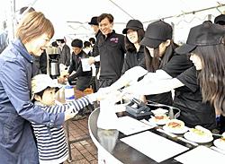 ベーグルサンド人気 岩瀬農高生ら祭りでカフェ出店