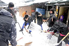 高齢者宅で除雪ボランティア 湖南高生、雪かきに汗流す