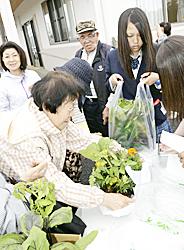 仮設住宅で苗の販売実習 いわき・双葉翔陽高生が訪問