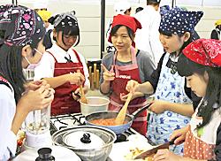 磐城農高生がトマトメニューに挑戦 カゴメが特別授業