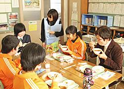 実習の加工品で給食 磐城農高生が小学生と会食し交流