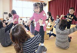 親子一緒に体操 富田幼稚園でプリスクール閉校式