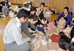 「幼児の事故」処理法学ぶ 救急講座で保護者が万一に備え