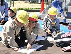 本読み聞かせに児童ら夢中 「おはなし隊」来県