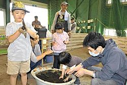 泥だんご遊び楽しい! 福島の室内遊び場で親子ら