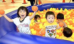 ボール遊び楽しい! 市私立幼稚園協が「親子広場」