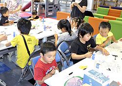 紙コップのカレンダーできた! 新地で「子ども教室」