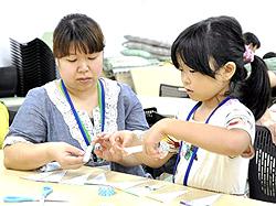 親子らが「テープ工作」楽しむ 機能生かし壁飾り製作