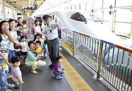 親子ら踏切の渡り方を学ぶ JR福島駅で安全教室