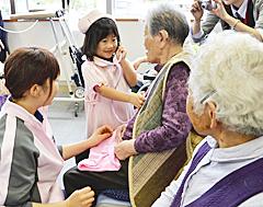 保育園児が須賀川の病院で看護体験 利用者と触れ合う