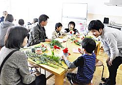親子で生け花に挑戦 二本松で「子育て支援フェス」