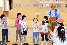大道芸楽しい、園児たち挑戦 若松で笑顔プロジェクト