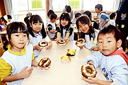 園児たちドーナツ作りに挑戦 ダスキン復興支援