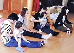 親子一緒に体操や風船遊び 芳賀地域公民館で子育て支援