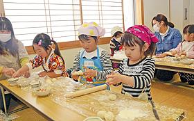 親子で料理楽しいね! 西郷で教室、おやき・豚汁作りに挑戦