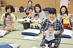 ベビーマッサージやワクチン解説 乳幼児の保護者ら交流