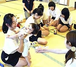 桑折で中学生が子育て体験 赤ちゃんと触れ合う