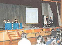 富田小でNIE授業の成果発表 新聞使った学習実践