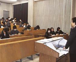 新聞の意義 製作学ぶ/福島東稜高にNIE記者派遣