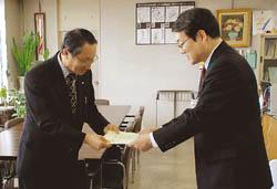 県教委に実践報告書贈る 新聞教材活用でNIE推進協