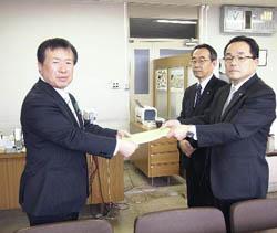 県教委に実践報告書 県NIE推進協が贈呈