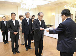 NIE実践指定校に認証状交付 福島で代表者に手渡す