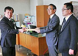 NIE実践報告書を贈る 推進協議会が県教委に
