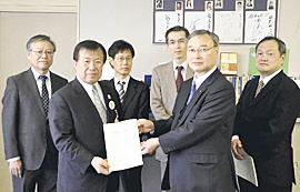 13年度NIE実践報告書を贈る 県教委に推進協